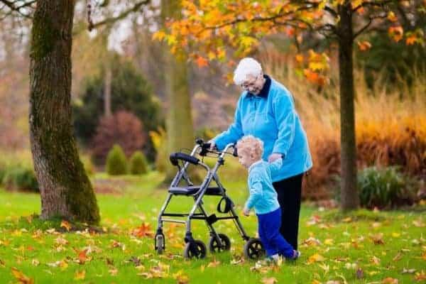 Bejaarde vrouw met dementie met rollator
