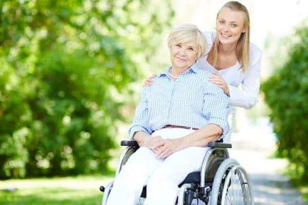 Seniore vrouw in rolstoel